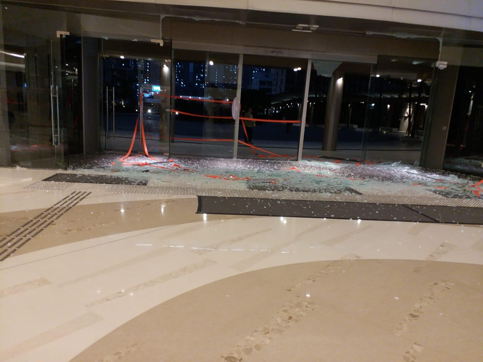 PopCorn商場有玻璃碎裂。
