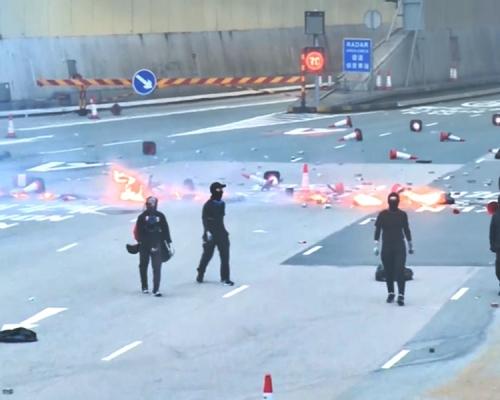 【大三罷】示威者紅隧九龍出入口燒雜物
