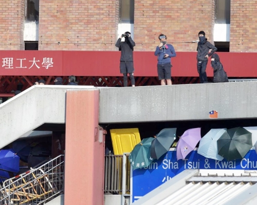 【大三罷】理工橋聚滿黑衣人 有人橋頂持望遠鏡視察