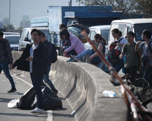 【大三罷】示威者重開吐露港公路南北行各一條行車線 警馬場對開封路