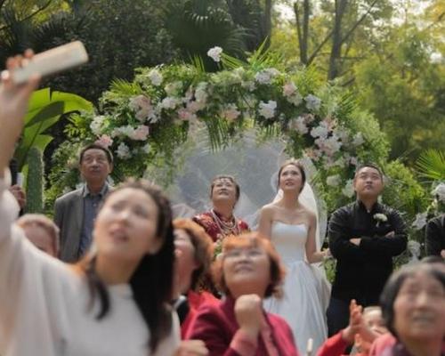 四川婚禮僱直升機空中撒利是 網民:有錢就是任性