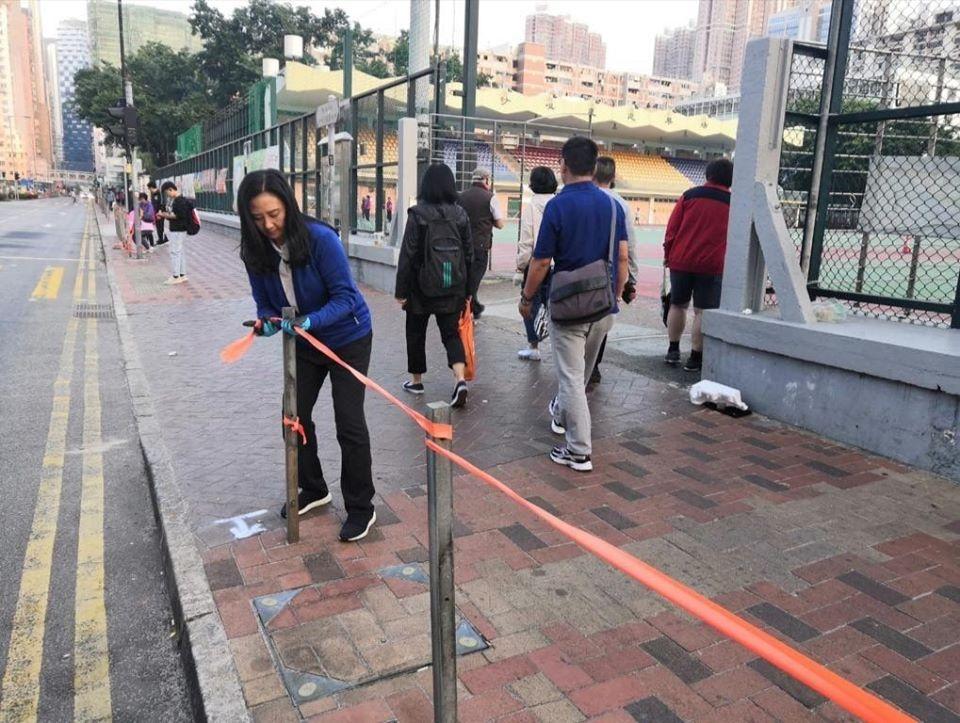 葛珮帆以橙色膠帶連起被移走的鐵欄位置。葛珮帆fb圖片