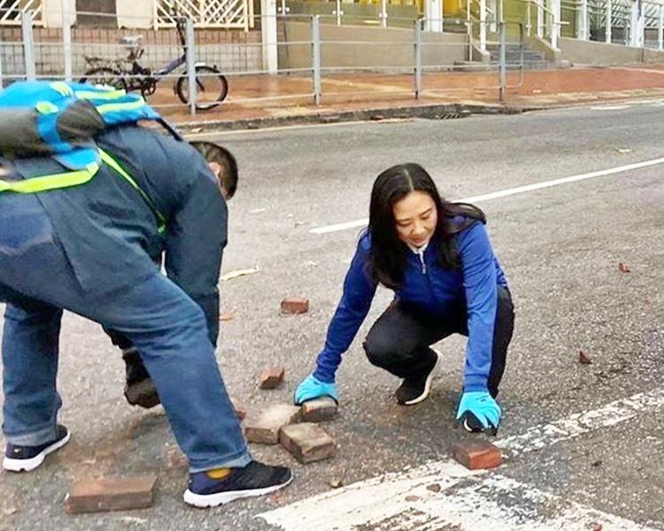 葛珮帆在路德圍一帶與街坊一同清理磚磈路障。葛珮帆fb圖片