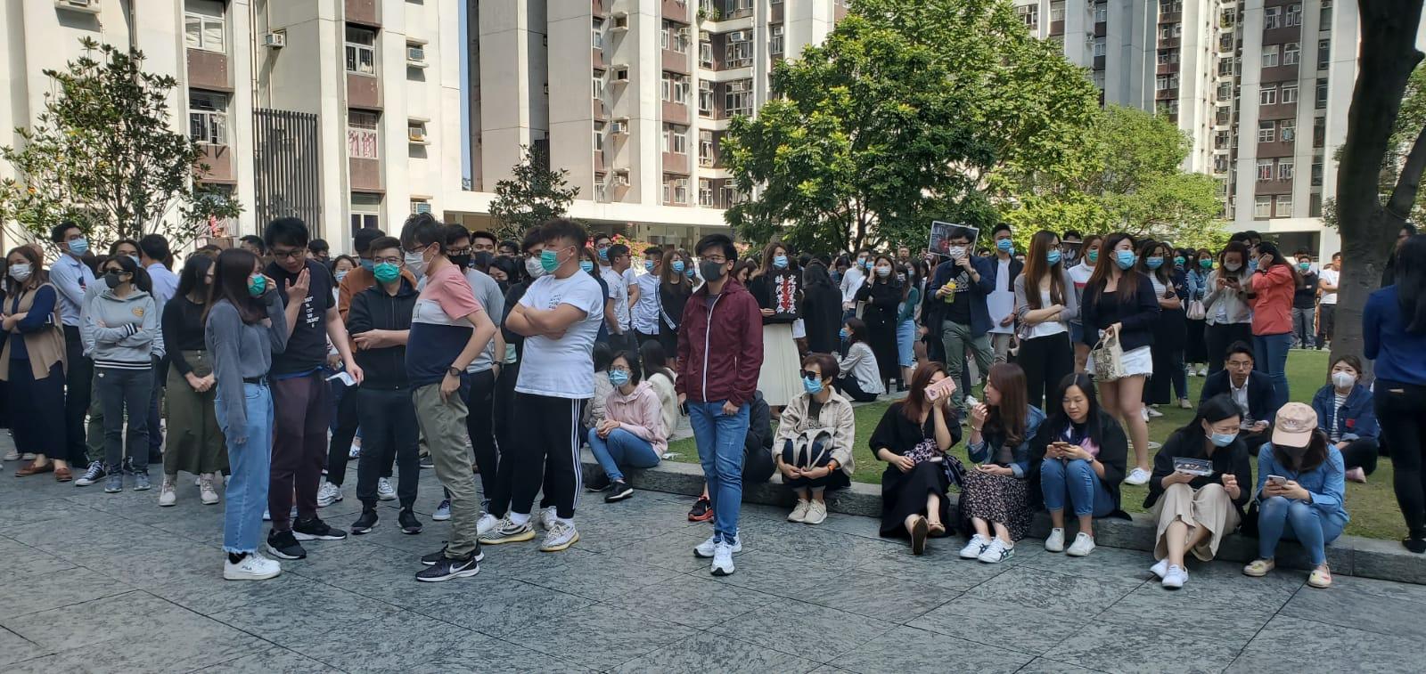 約500人在鰂魚涌太古港島東中心空地聚集。