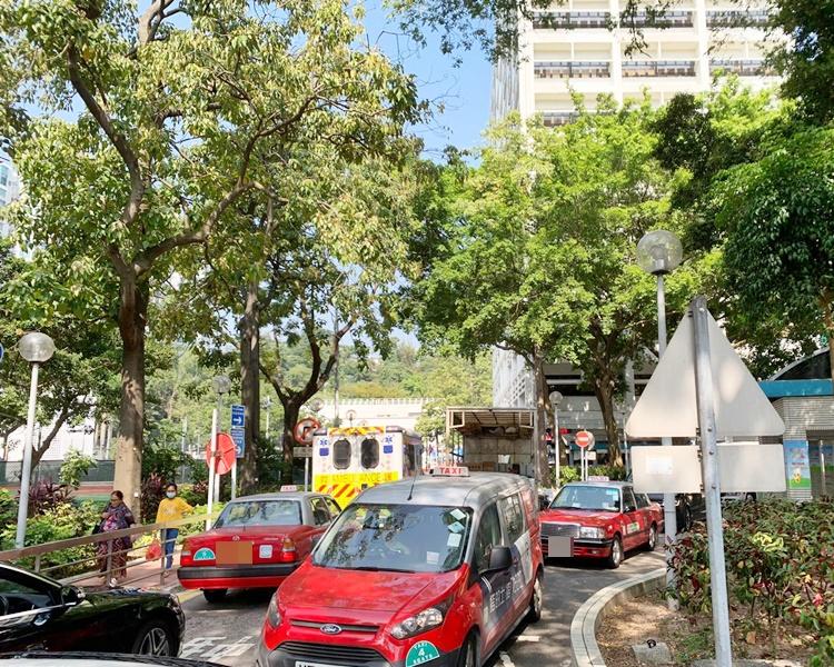有車輛取道伊院內的行車通道,導致道路難以通行。
