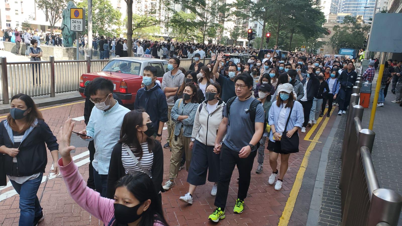 示威者由太古城道往華蘭路方向遊行。