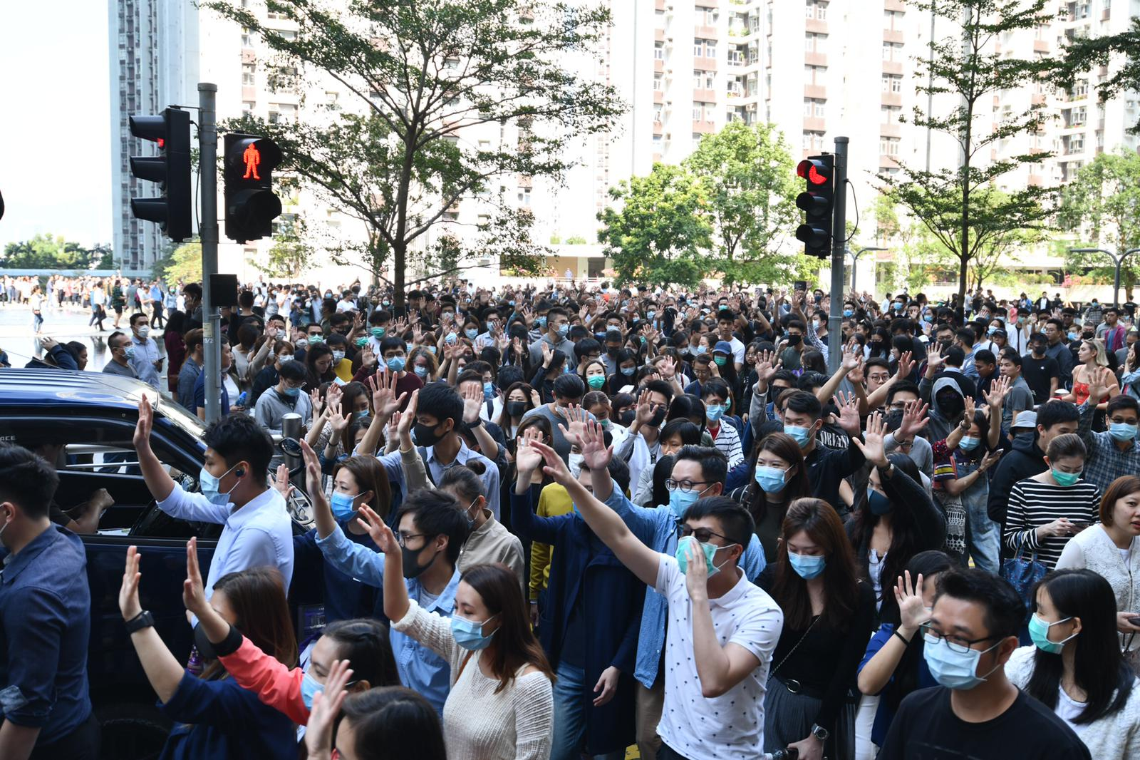 約500人由太古城道往華蘭路方向遊行。