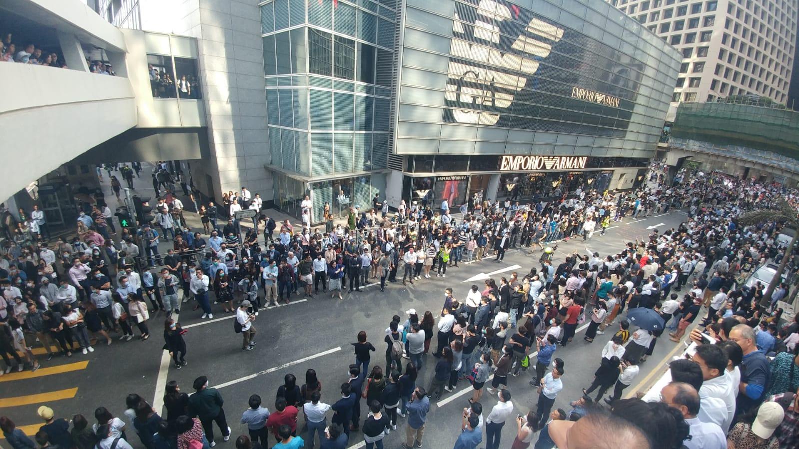 群眾中環快閃堵路。