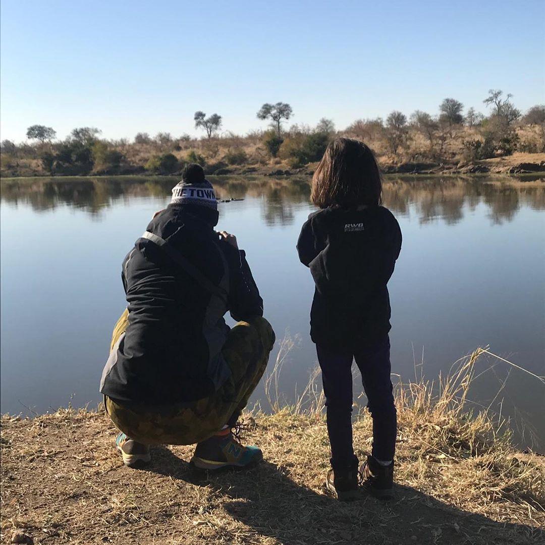 月前,吳彥祖一家去咗南非玩,Lisa S.幫老公同囡囡影咗張溫馨背影照。