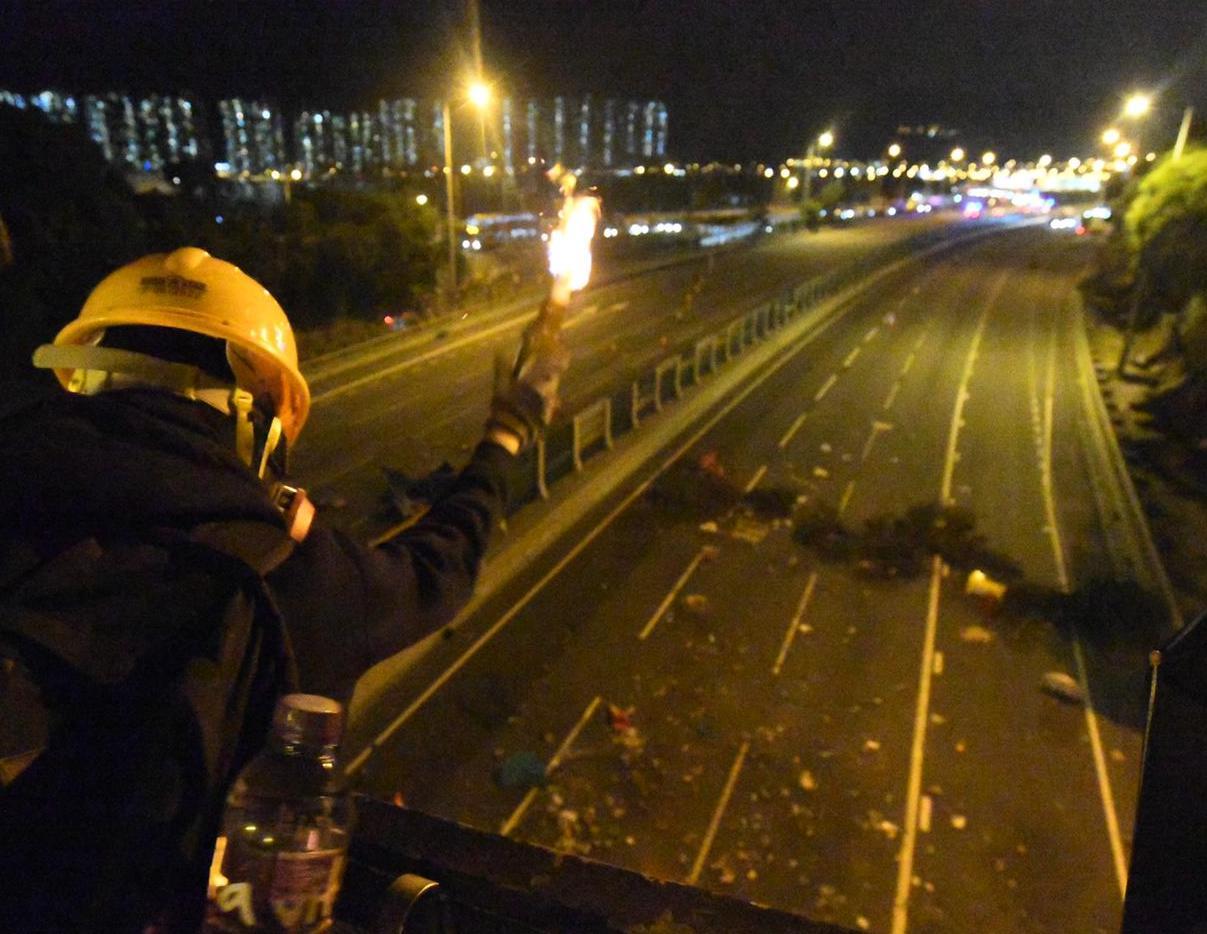 【大三罷】示威者再封吐露港公路擲汽油彈 不滿張建宗回應設死線無意義