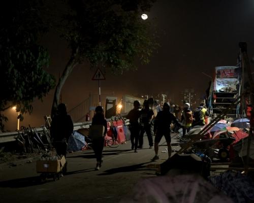 【大三罷】中大二號橋廢車起火爆炸 示威者撤退