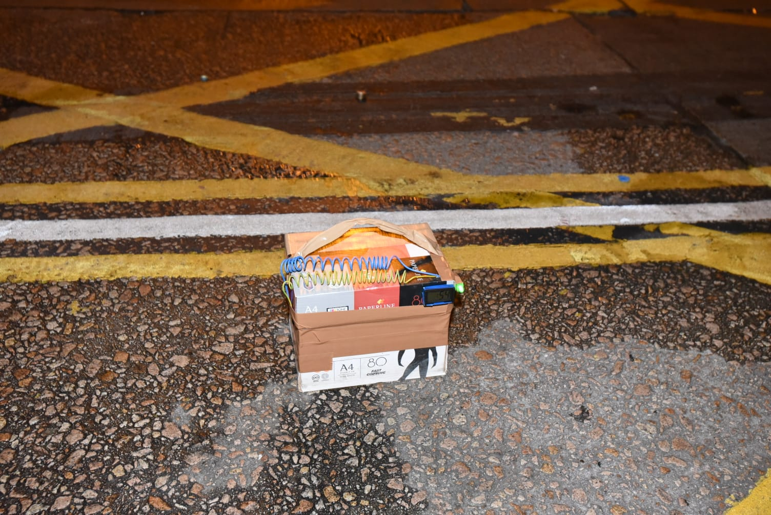 發現的紙盒外面纏上電線及計時器。