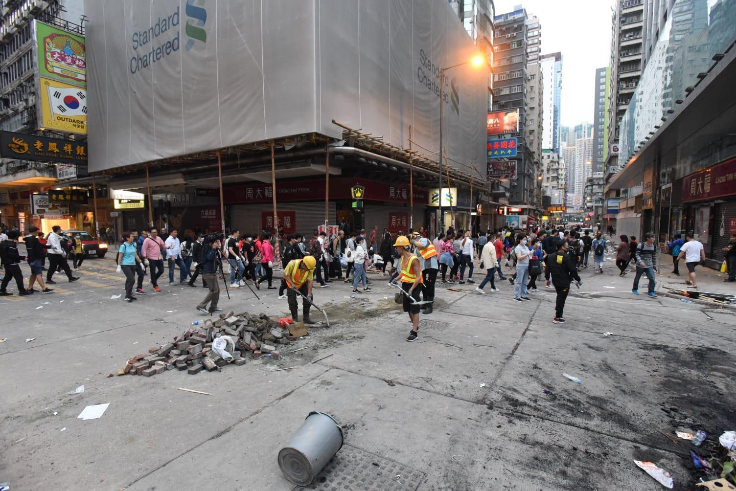 市民自發幫手將磚塊拾回路旁。