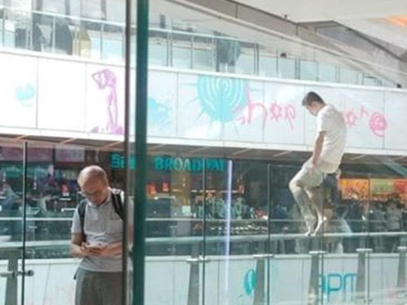 有網民拍到事主曾危坐玻璃圍欄。 Jason Yeung圖片