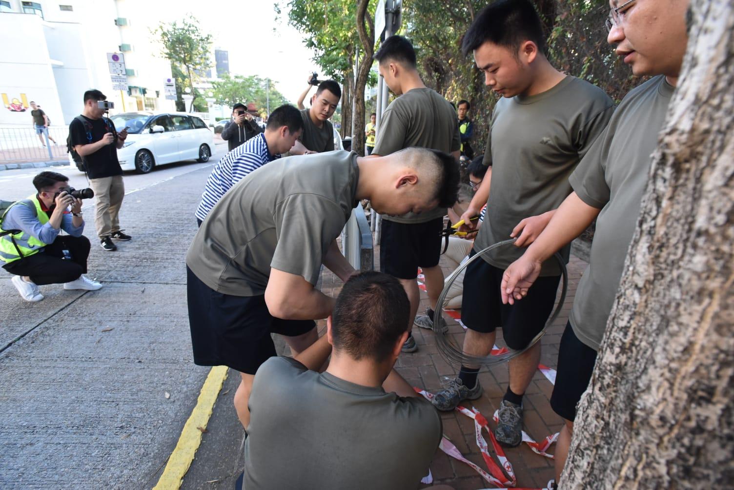 【大三罷】解放軍步出軍營 浸大外協助清理路障