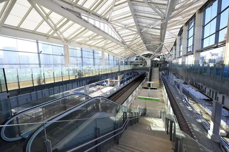 山手線新站月台寬闊採光佳。