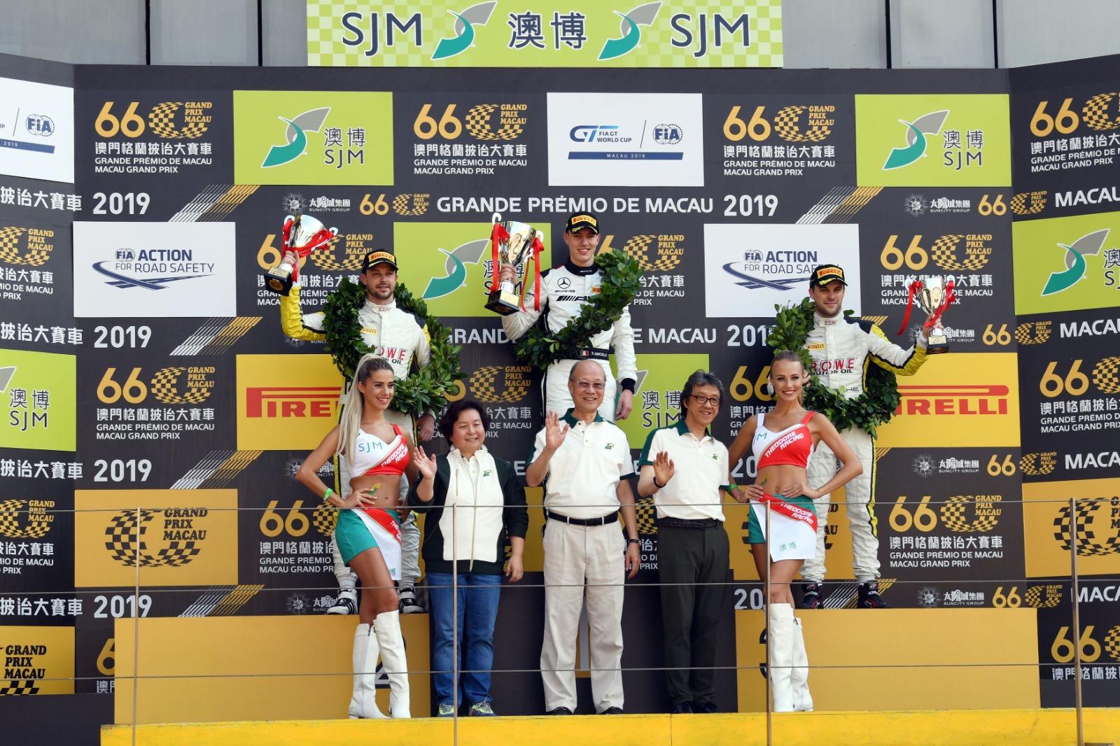 澳博董事蘇樹輝(前排中)、何超蕸(前排左二),以及岑康權(前排右二)頒獎予「澳博澳門GT盃國際汽聯GT世界盃」選拔賽的得獎車手。相片由公關提供