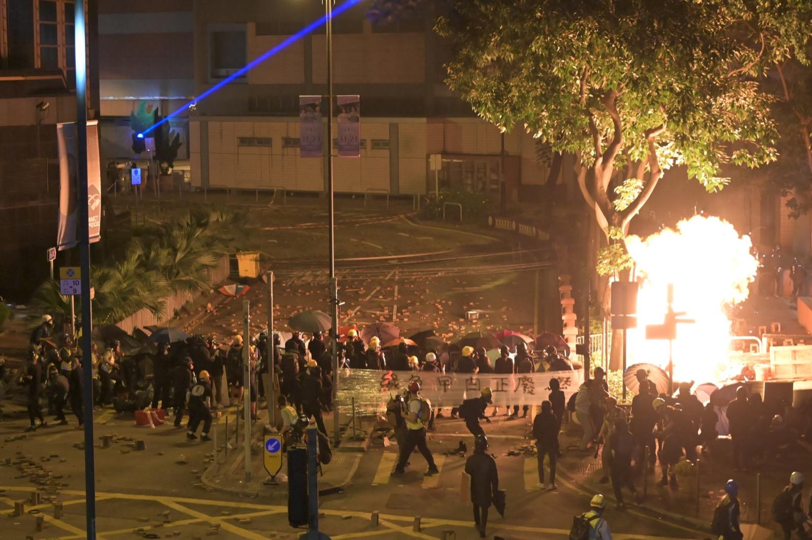 示威者在漆咸道南投擲汽油彈,地面多處有光光。