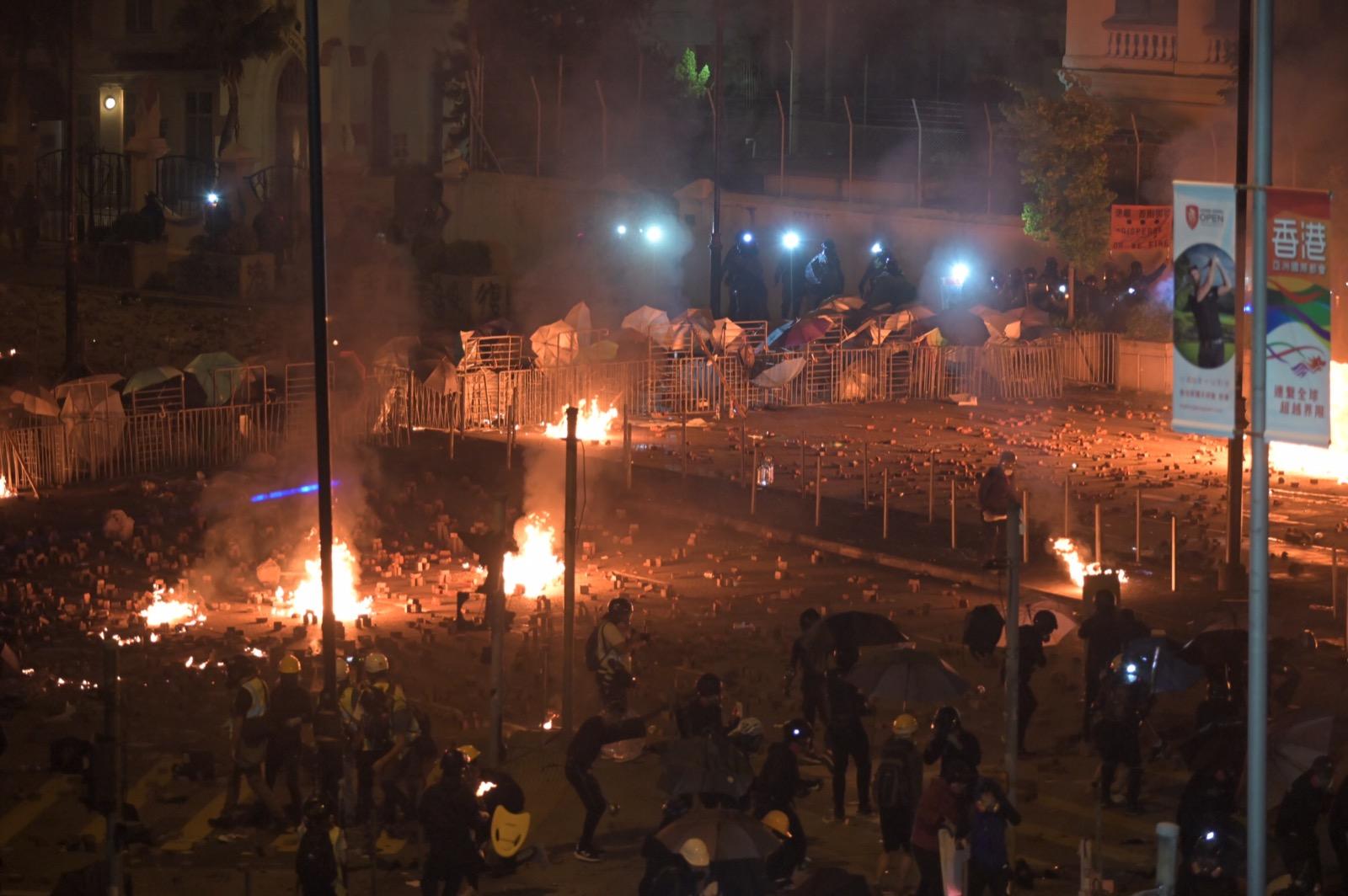 【大三罷】示威者擲汽油彈 防暴警漆咸道南射催淚彈