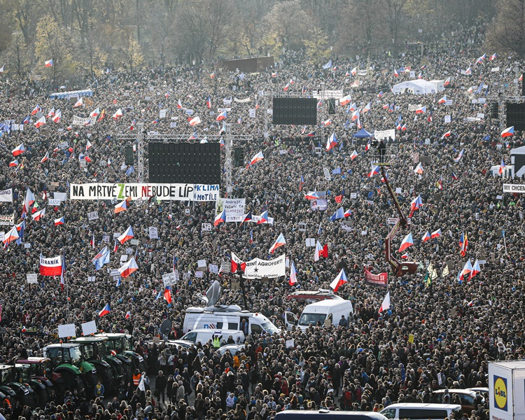 警方估計大約20萬人參加示威。AP