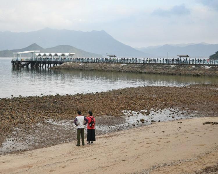大批市民昨日早上到烏溪沙公眾碼頭候船。