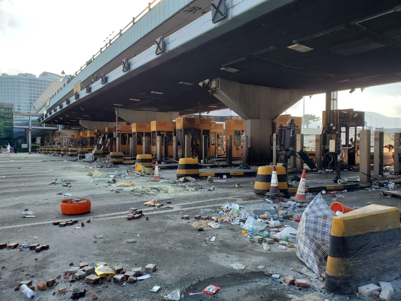 紅隧行政大樓及收費廣場被破壞來回方向未能開通。