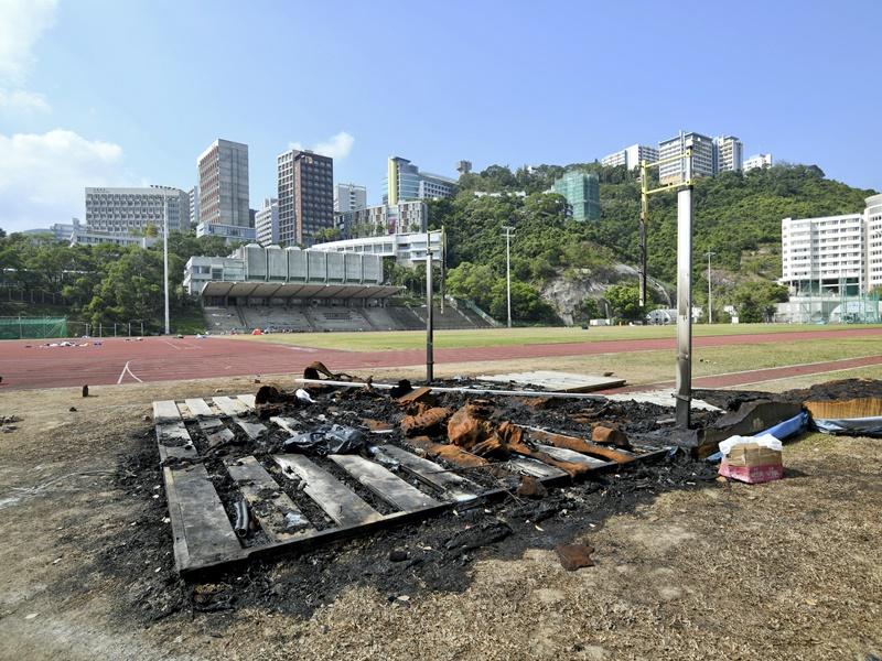 夏鼎基運動場留下火燒痕迹,一片荒涼。