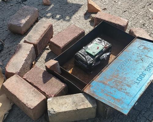 【修例風波】市民九龍塘清路障 消防發現纏電線電路板可疑鐵箱