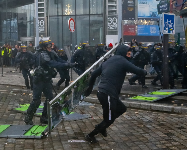 防暴警手持警棍和盾牌驅散示威者。AP