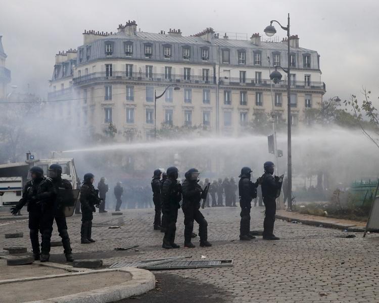 防暴警向示威施發催淚彈驅散及水炮。AP