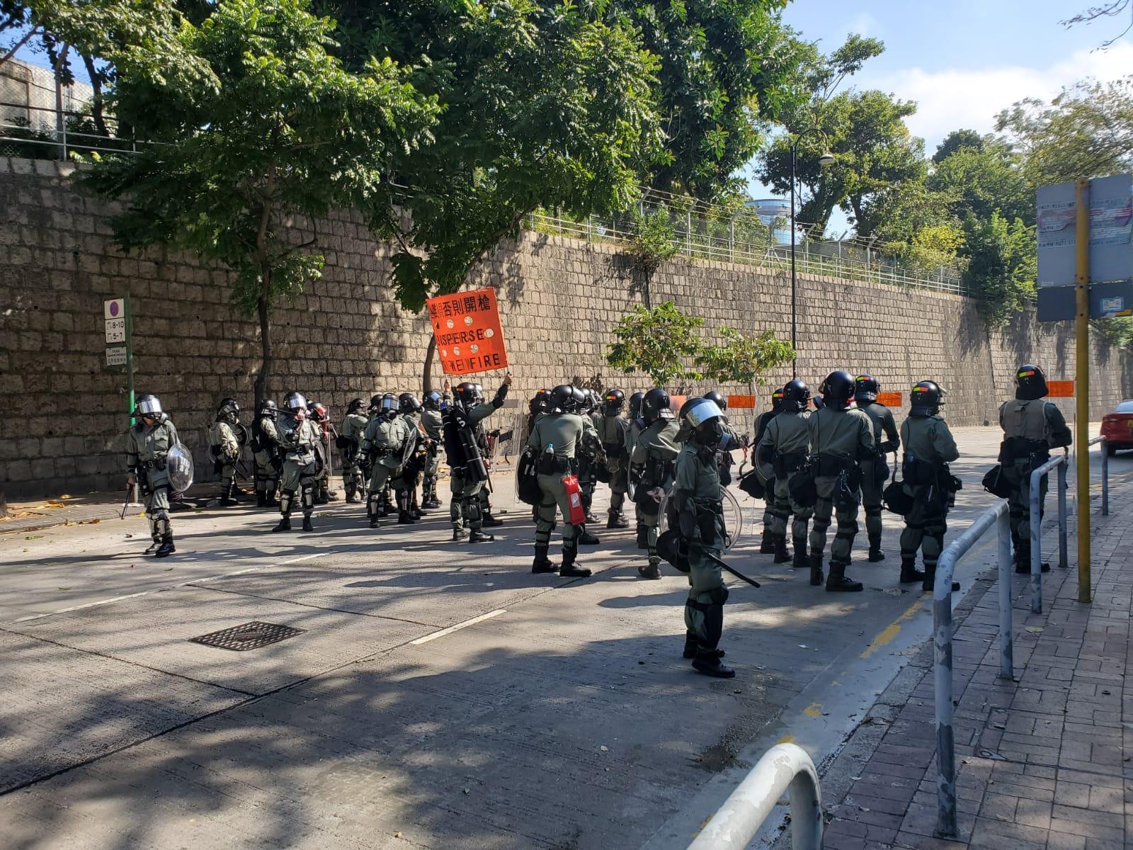 警方在場驅散黑衣人。