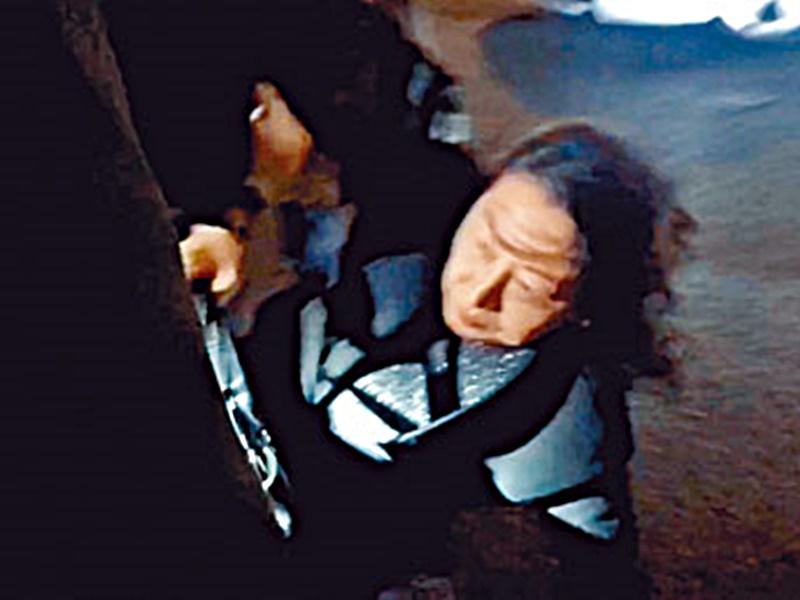 鄭若驊於倫敦出席活動時被示威者包圍,混亂間跌倒受傷。 資料圖片