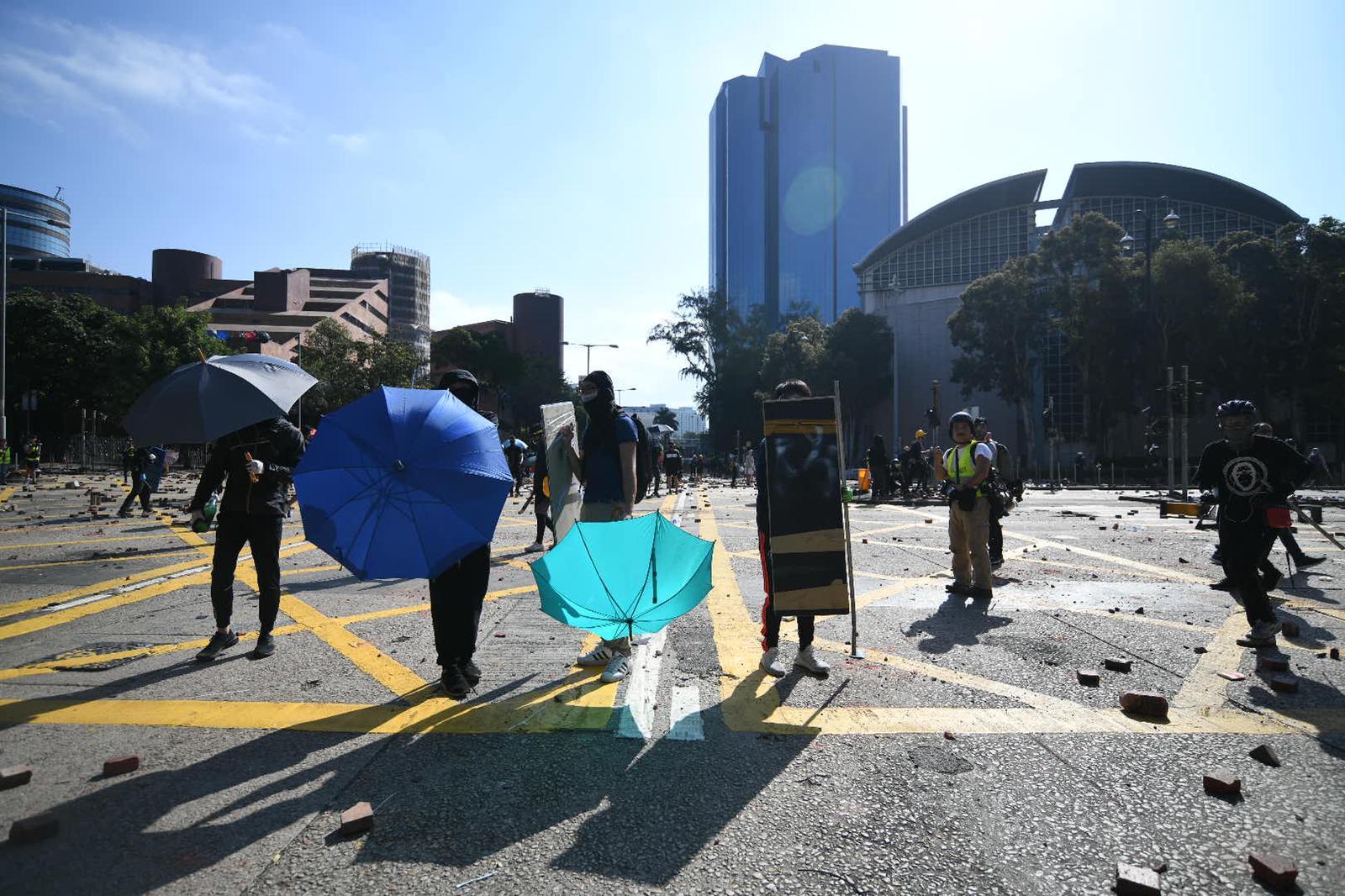 警方施放催淚彈驅散示威者。