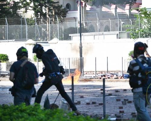 【修例風波】市民理大外清路障遇黑衣人擲物阻止 警催淚彈驅散