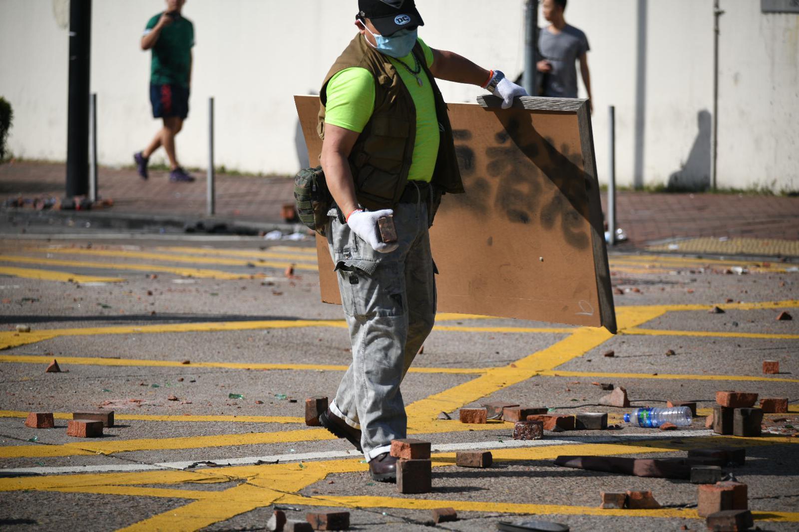 市民自發到場清理路障。