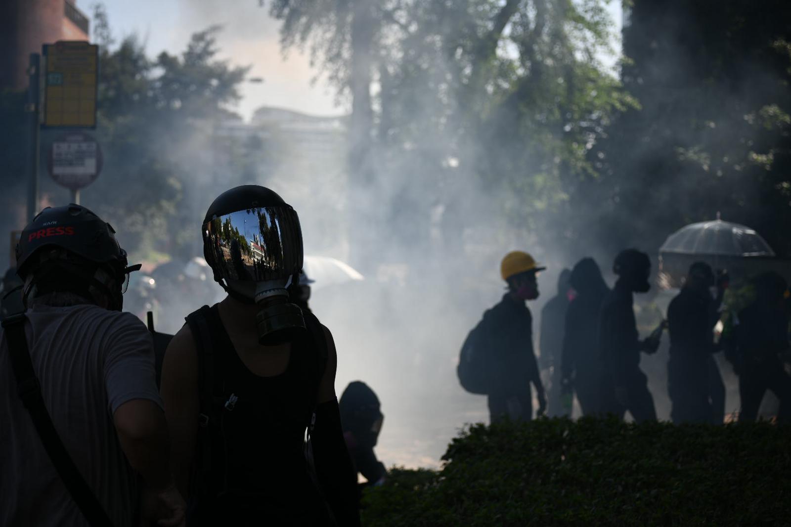 【修例風波】警黑衣人理大外多次爆衝突 警連環施催淚彈驅散