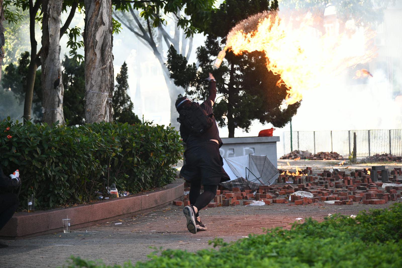 有黑衣人投擲懷疑汽油彈。