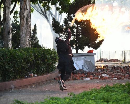 【修例風波】黑衣人擲磚阻市民清理大外路障 警催淚彈驅散