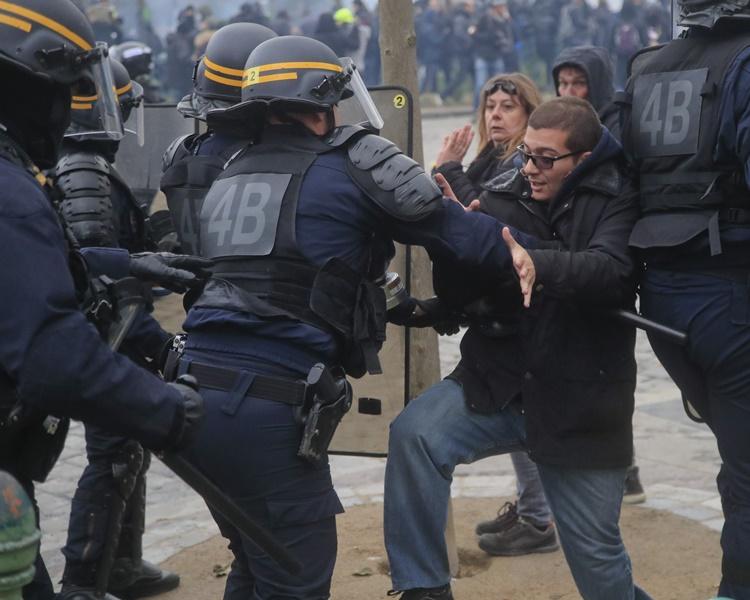 警察拘捕147人。AP