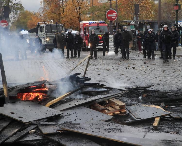 多名蒙面黑衣人打砸店舖並在街頭放火。AP