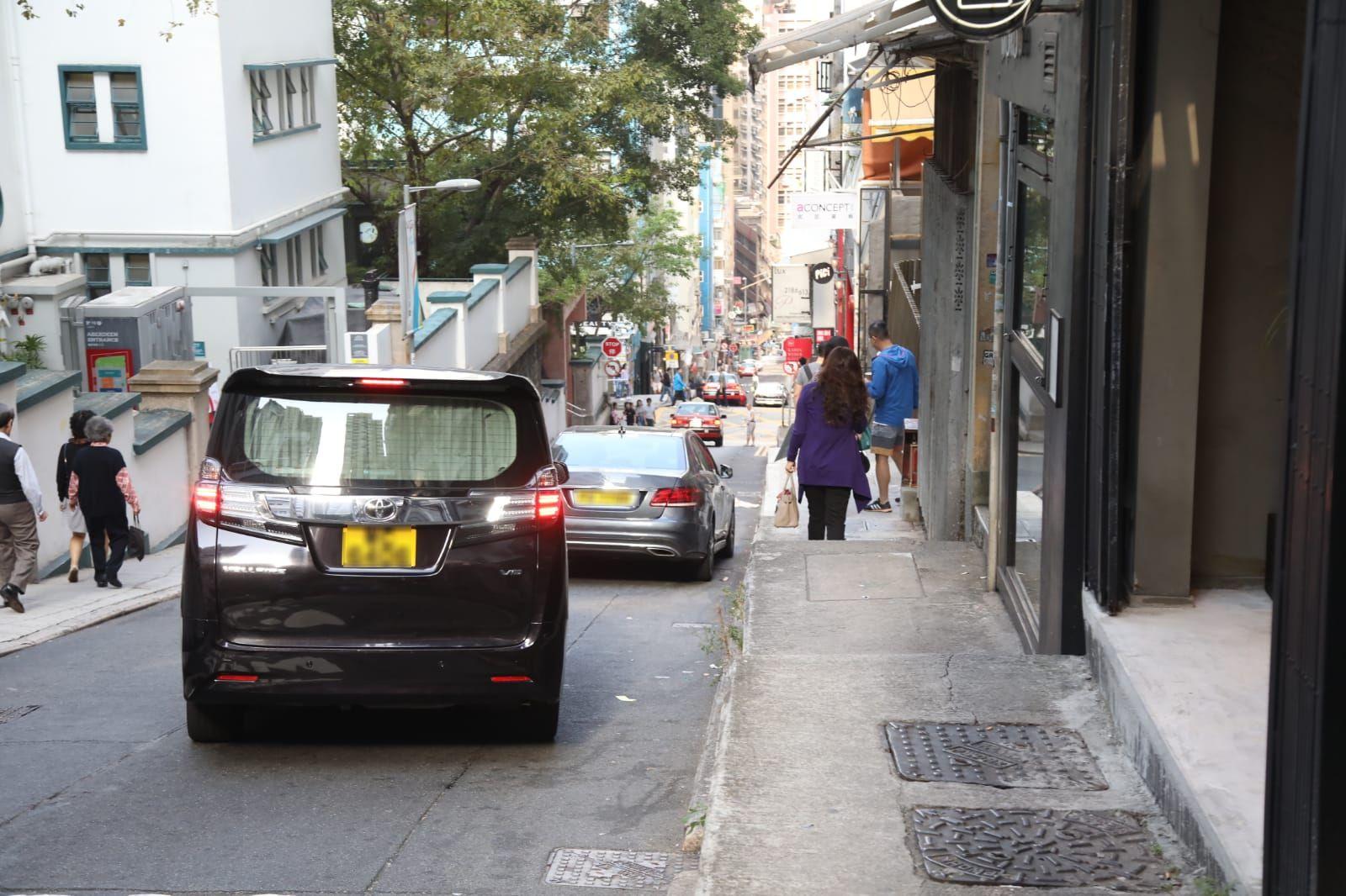 栢芝的7人車昨日曾現身店舖外,但隨即駛走。