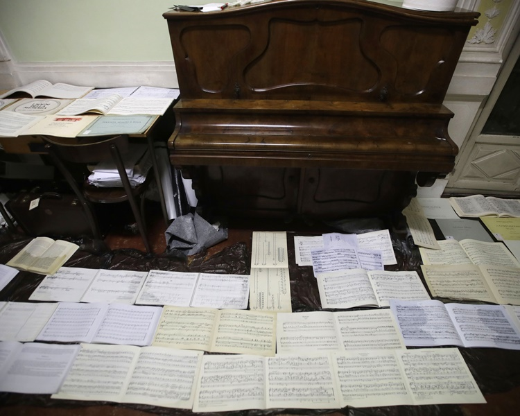 音樂學院召集義工協助晾乾及整理被浸濕的書籍及樂器。AP