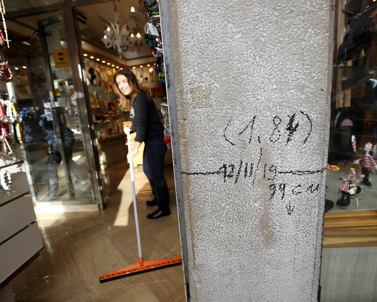 不少店舖開始著手清理積水。AP