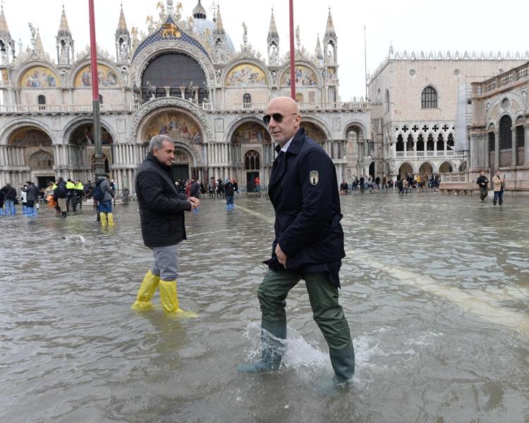 聖馬可廣場已重開但民眾仍要涉水而行。AP