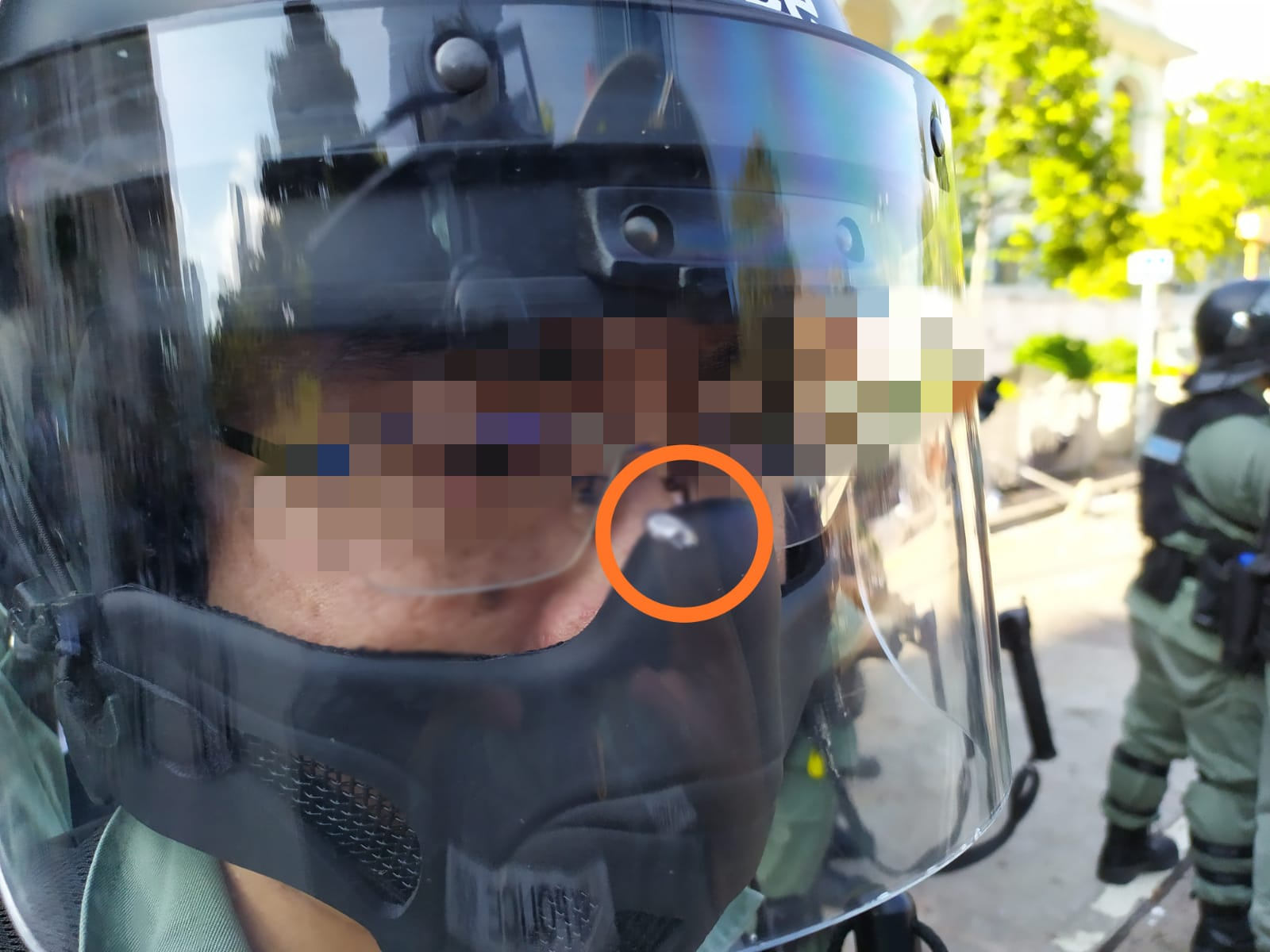 一名防暴警員被鋼珠擊中面罩近鼻樑位置,該名警員並無受傷。