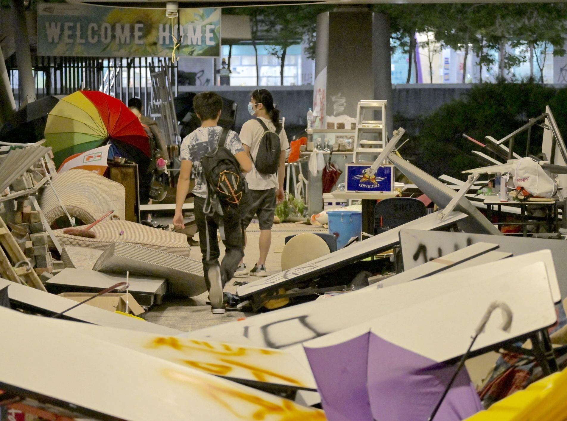 昨晚有不少示威者留守城大範圍內。資料圖片