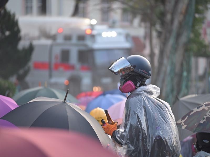 示威者築起傘陣。