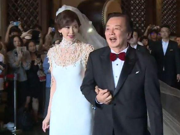 林志玲挽著爸爸手準備出嫁。(截圖)