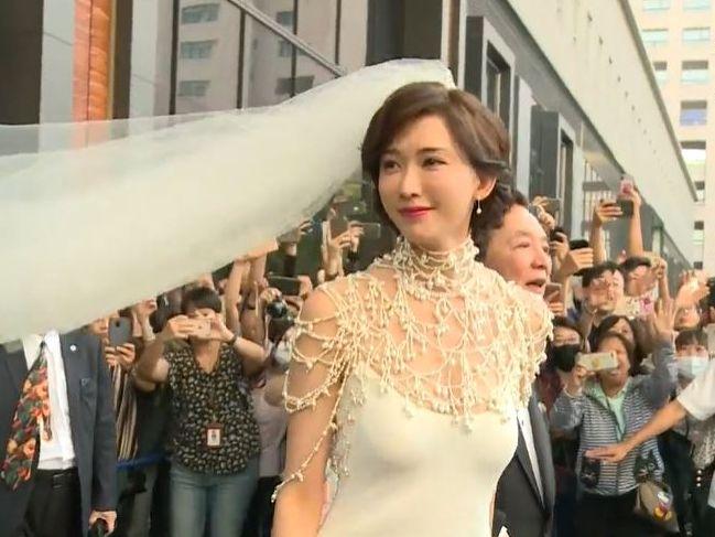 志玲在街上獲群眾讚美。(截圖)