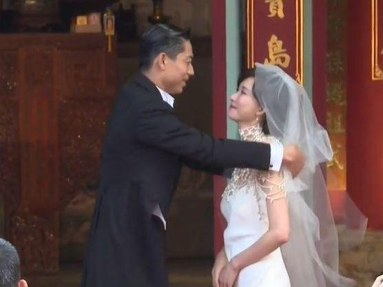 新郎為新娘揭開頭紗。(截圖)